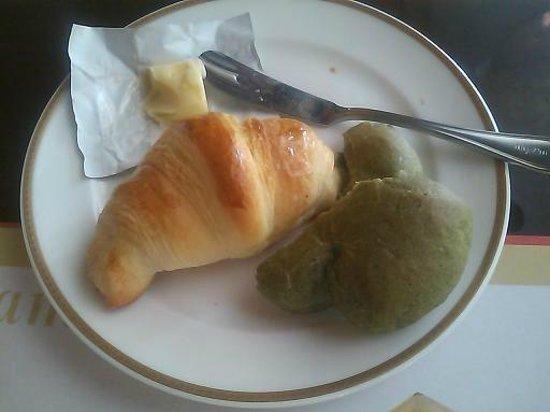 Bakery Restaurant Saint Marc Tama Minamino: 次々と運ばれてくる焼き立てパン