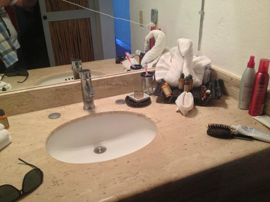Bahia Hotel & Beach House: Sink with Shampoo, Body Wash, Conditioner