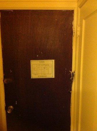 Taylor Hotel : internal door in the room