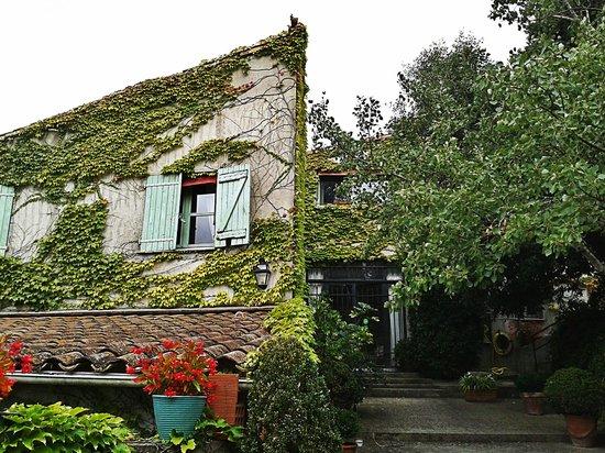 La Maison sur la Colline: Фасад отеля