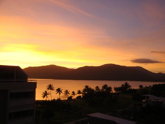 Holiday Inn Cairns Harbourside : Sunset from our room on the 7 floor