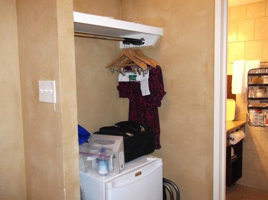 Quality Hotel & Conference Centre : valise sur le frigo par manque de place