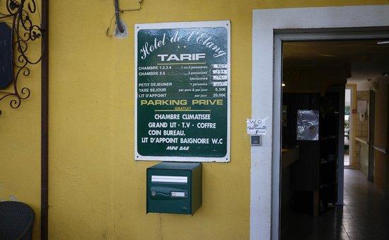 HOTEL DE L'ETANG : Front entrance