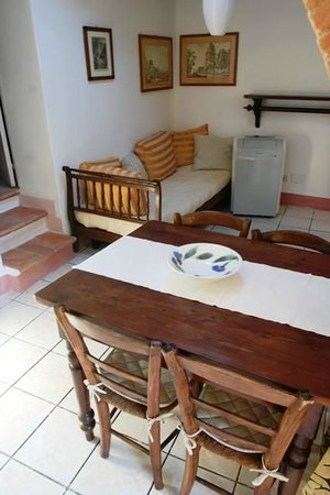 B&B Countryhouse Suites & Apt. Vescovado: Apt. Glicine (kitchen-living)
