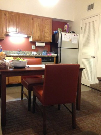 Residence Inn San Diego Central : Kitchen area in suite