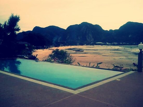 Phi Phi ViewPoint Resort: Pool area and beach