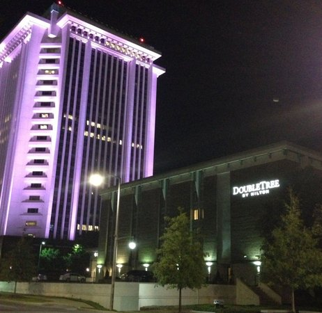 DoubleTree by Hilton Hotel Montgomery Downtown : Hotel ab Night (Building at the right)