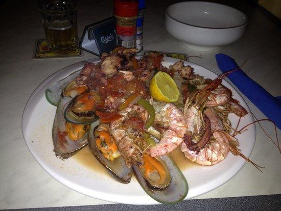 Woodhut Pub & Diner: Seafood platter yum!