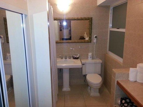 Hotel Miramar : Baño, con el armario y la caja fuerte a la izquierda