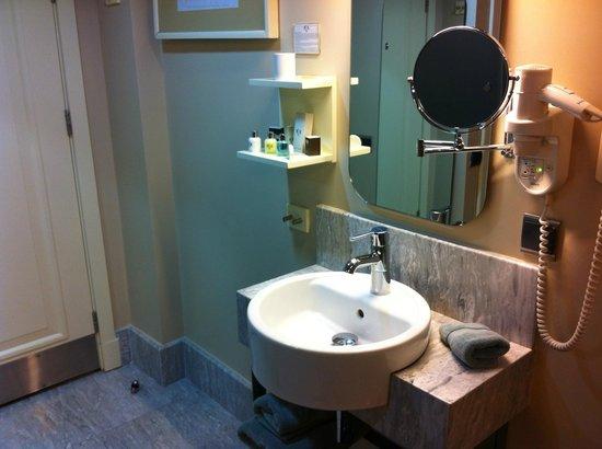 The Peak Hotel : Washbasin IN room
