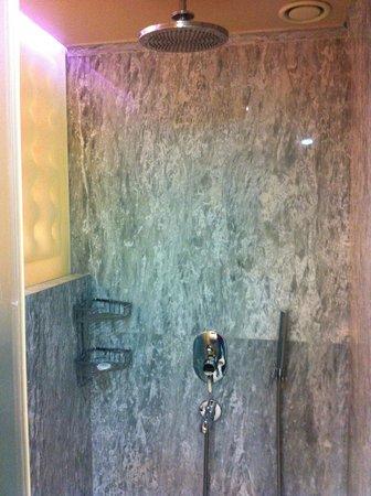 The Peak Hotel : Good shower