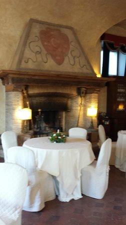 Castello della Castelluccia: camino in sala ristorante