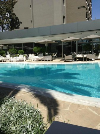 Alasia Hotel: Relaxing by the pool