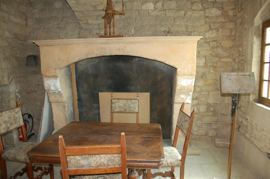 Chateau de Barroux: Sala interna con camino
