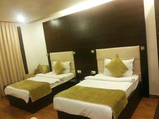 Hotel La Suite: Twin Bed Room