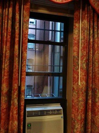 Hotel Newton: Superior queen room window view (Is that some sunlight) 3rd floor