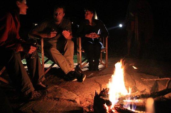 Enkewa Camp : Junto al fuego