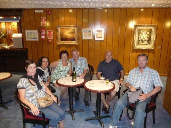 Hotel Magic Fenicia: Tomando una copa de champán en el bar a la noche.