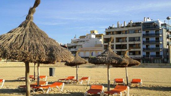 Hotel Amic Miraflores: Вид с пляжя на отель