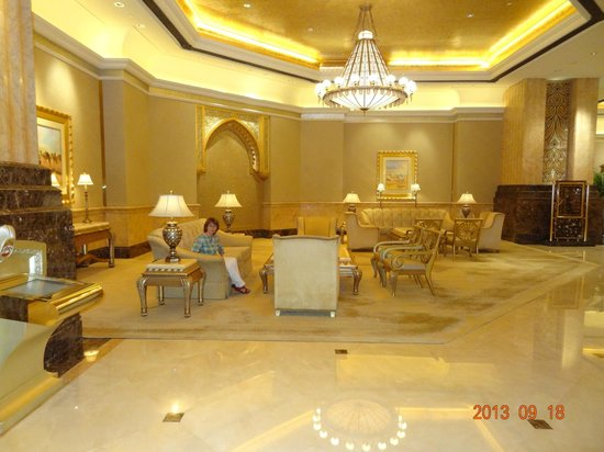 Emirates Palace : one of the many lounges around the hotel