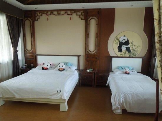 Panda Inn: スイートルームのベッド