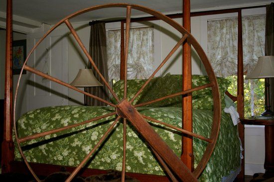 Roseledge Country Inn and Farm Shop: Avery Browning room with antique walk wheel