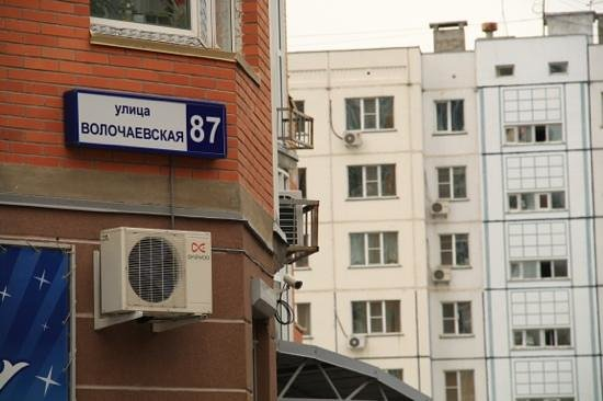 Corona Hostel : the hostel address sign (in Cyrillic) - useful for taxi driver instructions