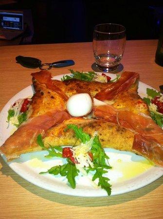 """Justintime Art Club & Restaurant: la pizza speciale """"Justintime"""": cornicione ripiegato con 4 diverse farciture"""