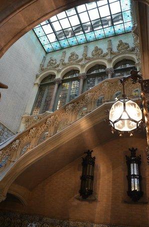 Palau del Baro de Quadras: Escalera y claraboya, sello esencial del modernismo catalán