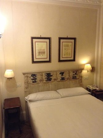 NH Firenze Anglo American: camera matrimoniale stile '800 onestamente giusta forse fin troppo.ma pulita e comoda