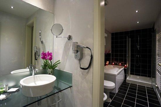 Hotel Leonardo Prague: Castle View Junior Suite Bathroom with a Jacuzzi Tub