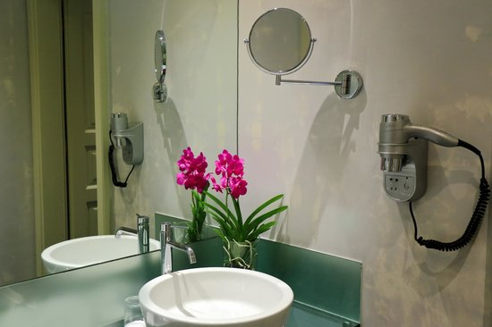 Hotel Leonardo Prague: Castle View Junior Suites & Maisonette Room Bathroom