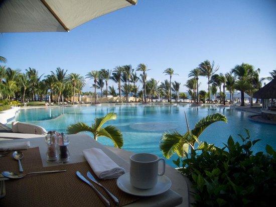 ลักซ์ เบลเล มาเร: The view from our breakfast table
