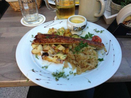 Paulaner in The Squaire: Nürnberger mit Bratkartoffeln und Sauerkraut