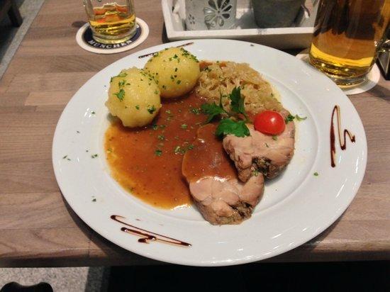 Paulaner in The Squaire: Schweinebraten mit Klößen und Sauerkraut