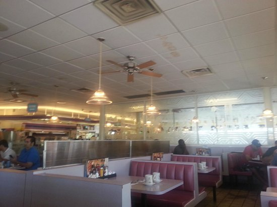 Blueberry Hill Family Restaurant: Lovely and cool, very relaxed atmosphere.