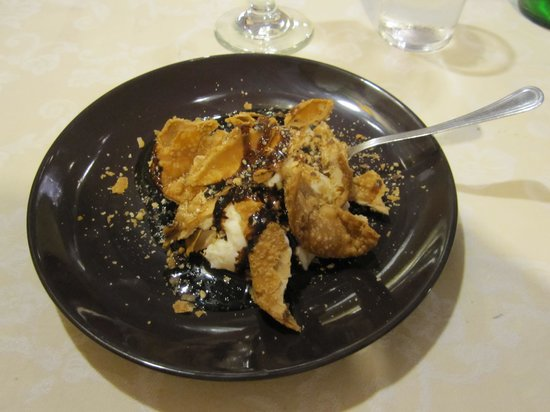 Apollonion Osteria da Carlo: A different version of cannoli dessert