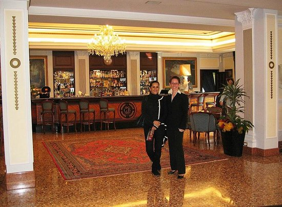 Abano Grand Hotel: Entering the Bar