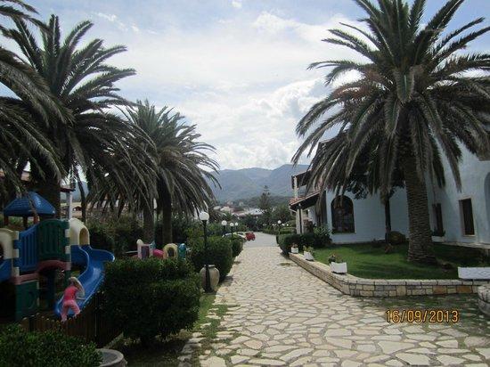 Acharavi Beach Hotel: вид от бассейна