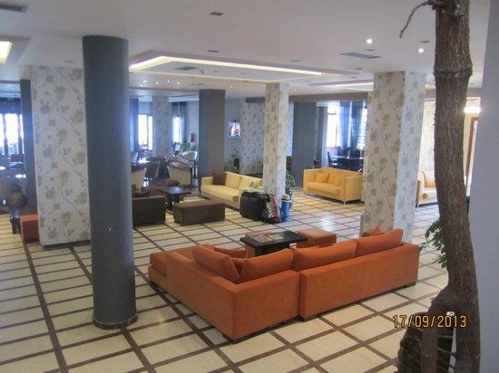 Acharavi Beach Hotel: холл