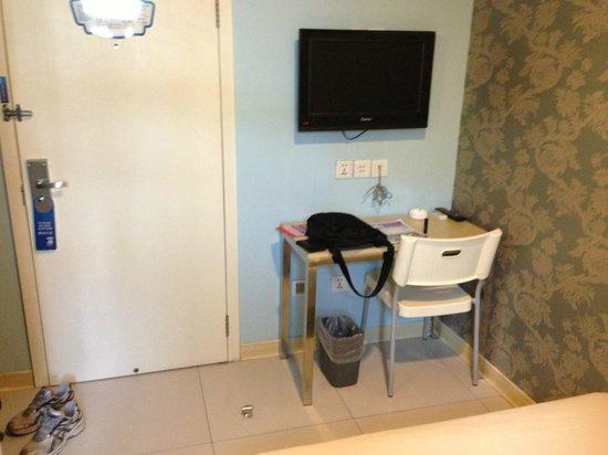 Bestay Hotel Express Beijing Tiantan: TV and desk