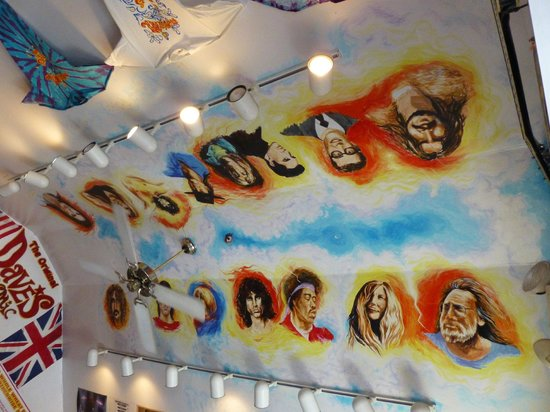 Famous Dave's: ceiling