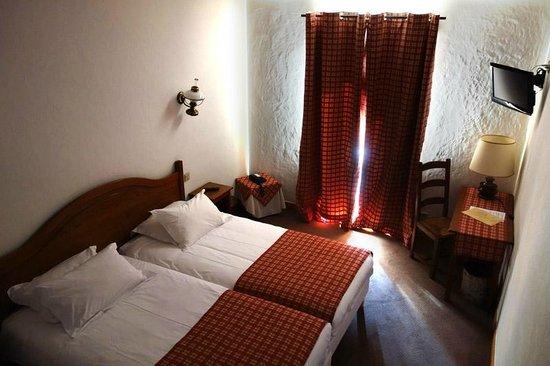 Hotel Autantic: Chambre avec lits jumeaux, bain et balcon