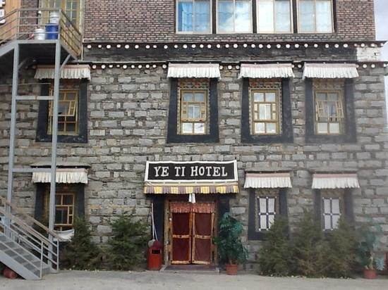 Yeti hotel Gyantse : the outside of the hotel from the courtyard.
