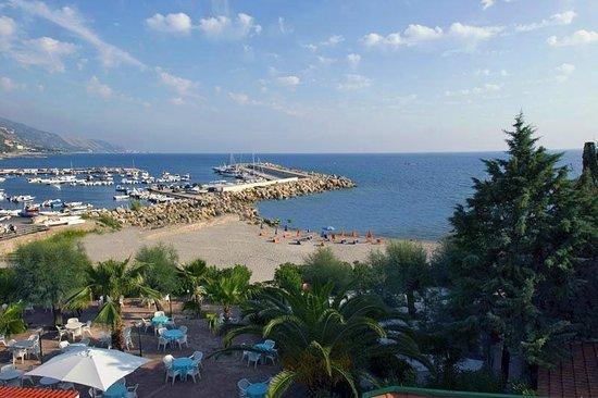 Agnone Cilento, Italie : Panorama della spiaggia e del giardino