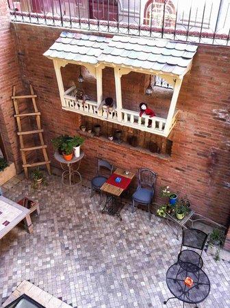 No12 Boutique Hotel: Blick in den Innenhof-Sitzplatz von der Innenhof-Terrasse