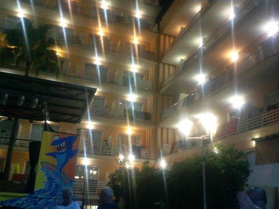 Palma Bay Club Resort: Vista da esplanada para o edifício Acapulco
