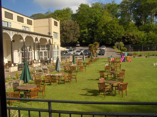 Langstone Cliff Hotel: The lawn from a veranda