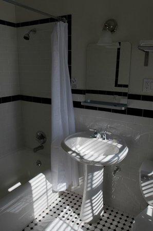 Monte Vista Hotel: The restoom inside a room