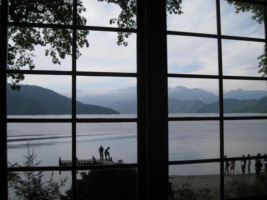 Italian Embassy House Memorial Park: 広縁より中禅寺湖を望む